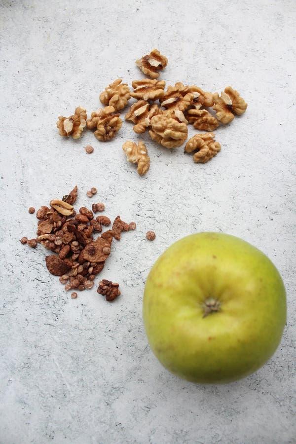 Einige frische grüne Äpfel und Walnüsse lizenzfreie stockfotografie
