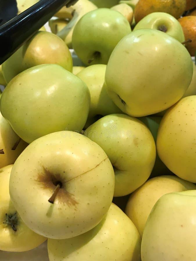 Einige frische, reif, gelb, Äpfel lizenzfreies stockbild