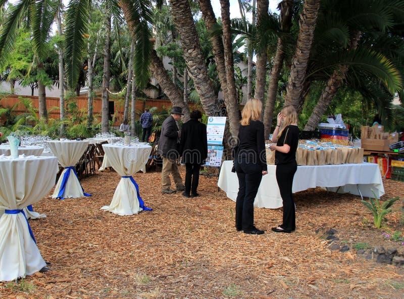 Einige große Tabellen bedeckt im weißen Stoff am Lebensmittel-Festival bei Coral Tree Farm, Kalifornien, 2016 stockfotos