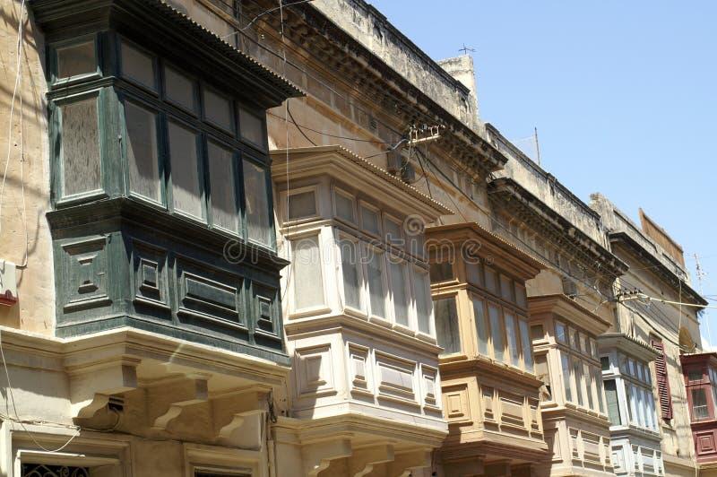 Einige hölzerne Balkone auf dem alten Haus stockbilder