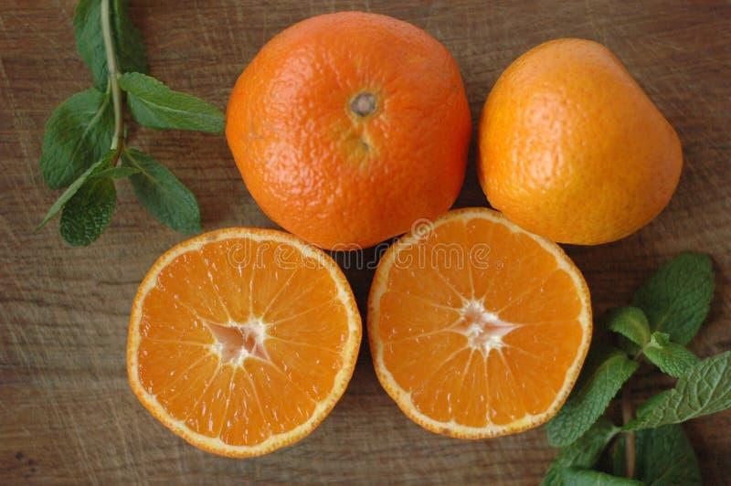 Einige Mandarinen geschnitten zur Hälfte lizenzfreie stockbilder