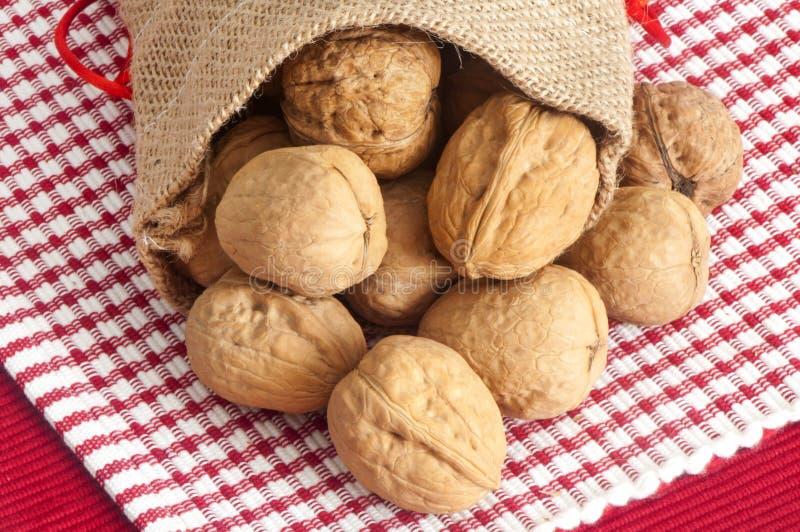 Einige Nüsse in einer Jutefasertasche stockfotografie