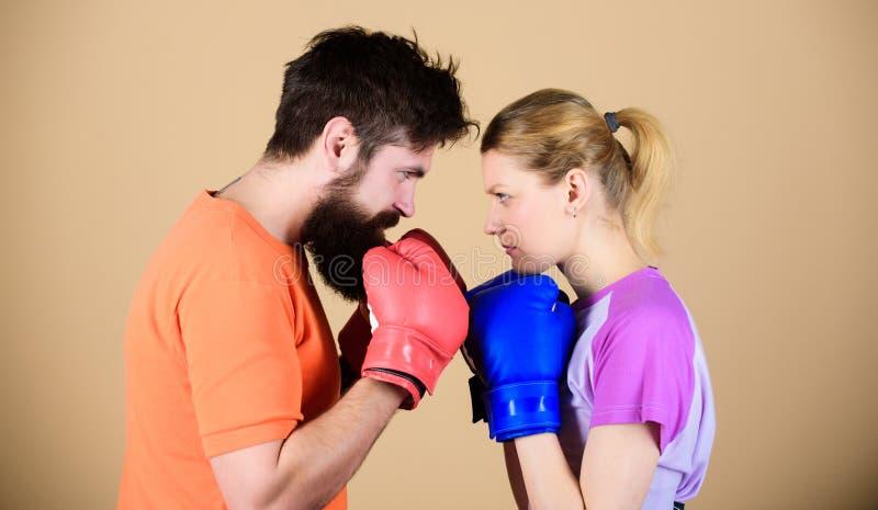Einige nennen sie Gegner, ich nennen sie Opfer Frau und b?rtiges Manntraining in der Turnhalle Zug mit Trainer sportkleidung kamp stockfotos