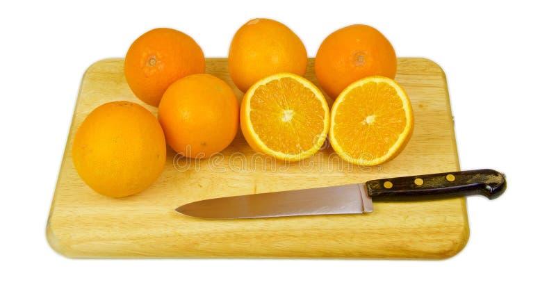 Einige Orangen und eine geschnitten zur Hälfte stockfoto