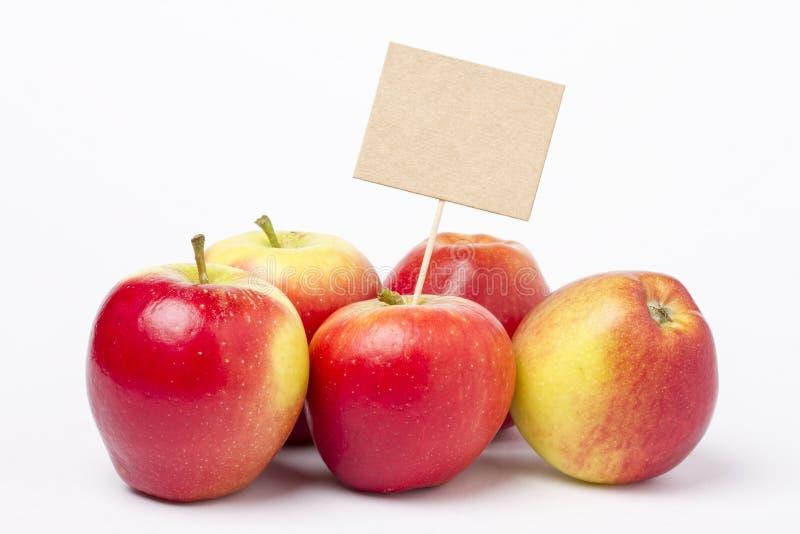 Einige reife Äpfel auf Weiß stockfotografie