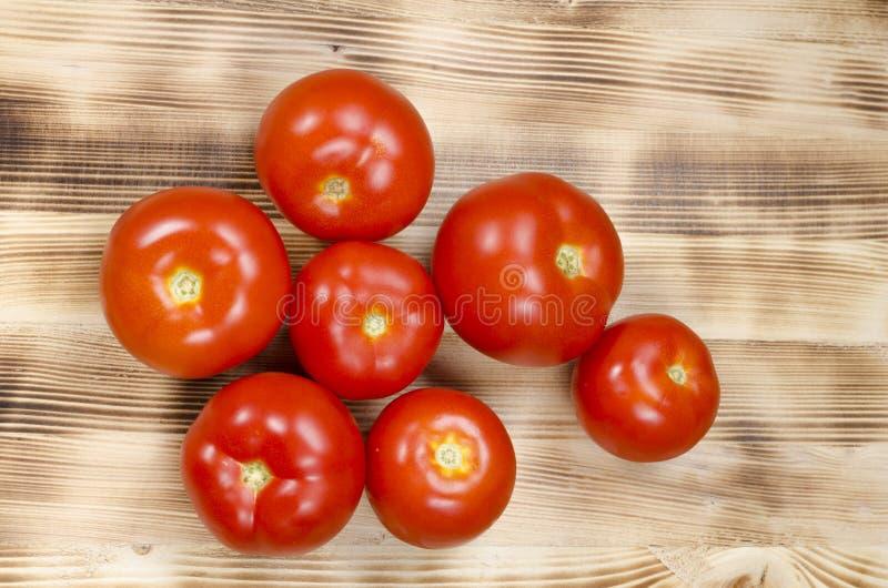 Einige rote Tomaten in der Gruppe lizenzfreie stockfotografie