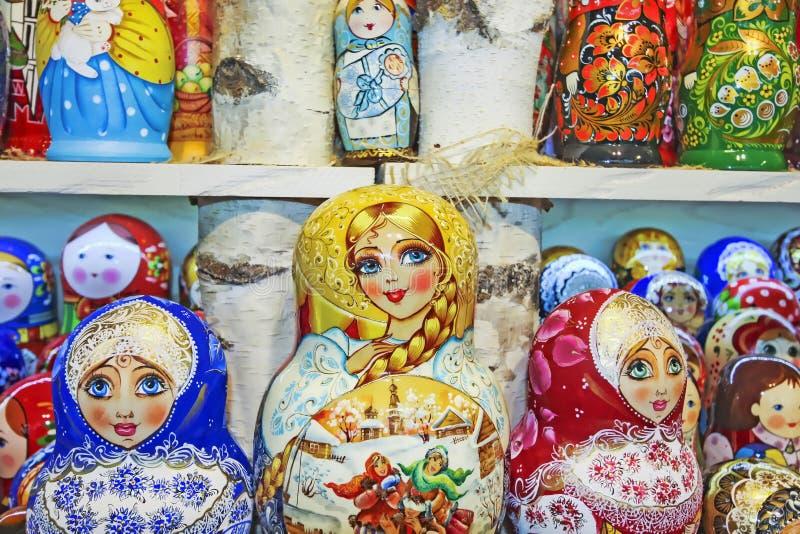 Einige russische traditionelle matrioska Puppen stockbilder