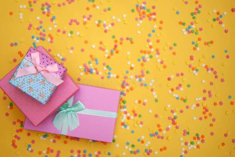 Einige süße Süßigkeiten, die Gebäck für Hintergrund verbreiten lizenzfreies stockfoto