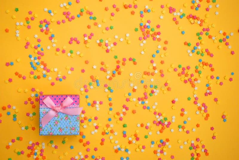 Einige süße Süßigkeiten, die Gebäck für Hintergrund verbreiten stockfotos