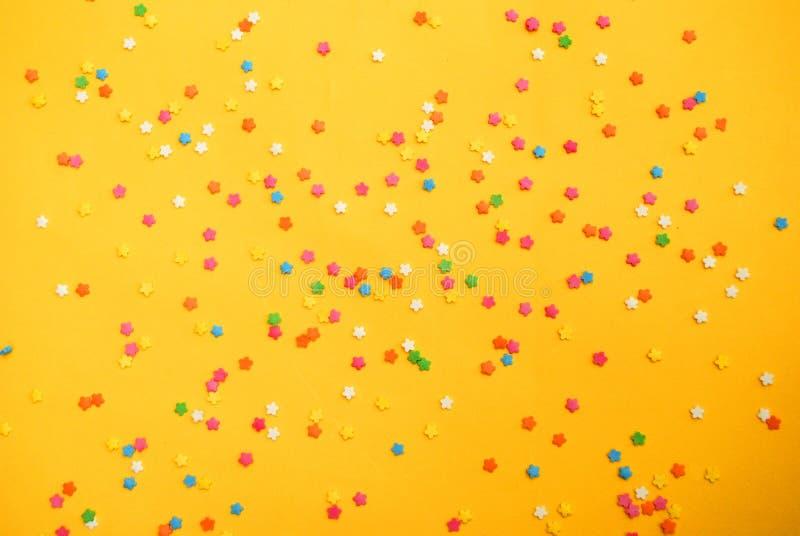 Einige süße Süßigkeiten, die Gebäck für Hintergrund verbreiten lizenzfreies stockbild