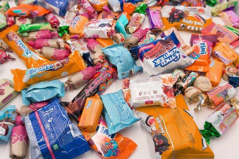 Einige Süßigkeiten sammelten während carneval - Russland Berezniki am 28. Februar 2018 lizenzfreie stockfotografie