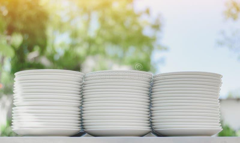 Einige Stapel der weißen Porzellanplatten lizenzfreie stockfotos