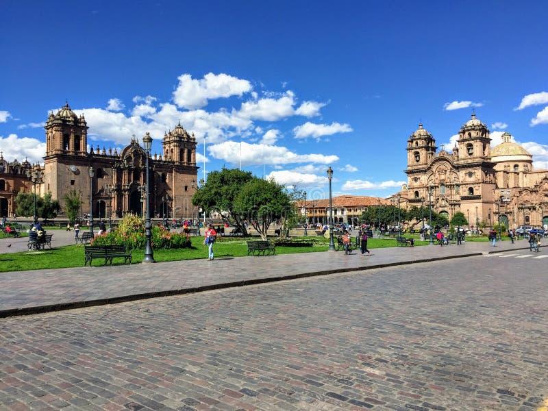 Einige Touristen bewundern die Ansicht von Plaza de Armas in schönem und altem Cusco, Peru stockfoto
