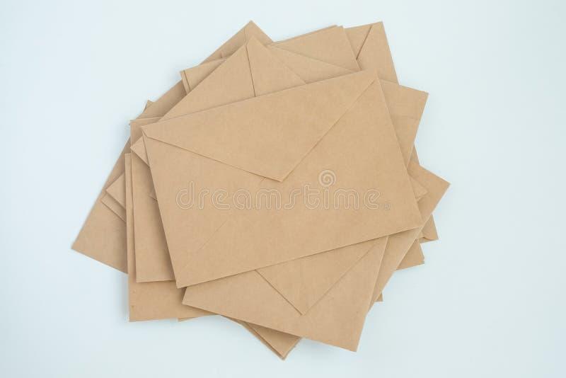 Einige Umschläge vom braunen Briefpapier, auf weißer Hintergrundnahaufnahme, Draufsicht lizenzfreie stockfotografie