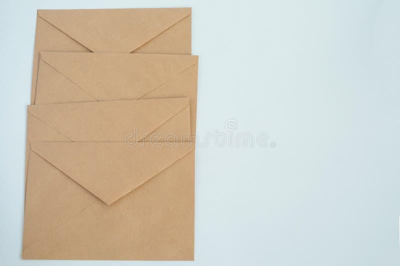 Einige Umschläge vom braunen Briefpapier, auf weißer Hintergrundnahaufnahme, Draufsicht stockfotos