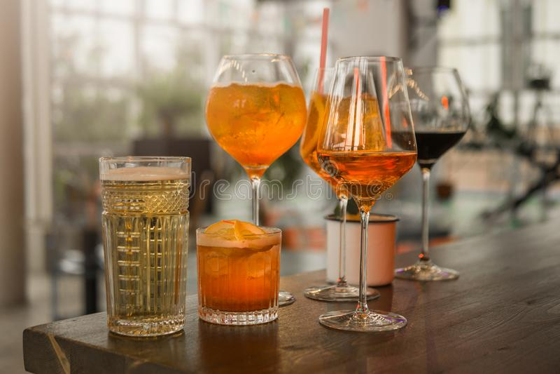 Einige verschiedene Smoothies in den Gläsern verschiedenen Formen auf der Stange stockfotografie