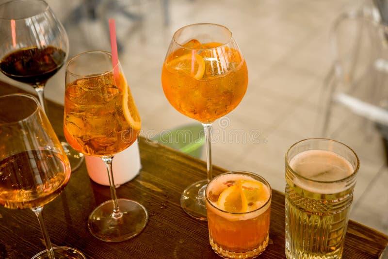 Einige verschiedene Smoothies in den Gläsern verschiedenen Formen auf der Stange lizenzfreies stockbild
