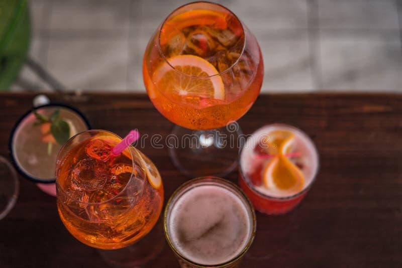 Einige verschiedene Smoothies in den Gläsern verschiedenen Formen auf der Stange lizenzfreies stockfoto