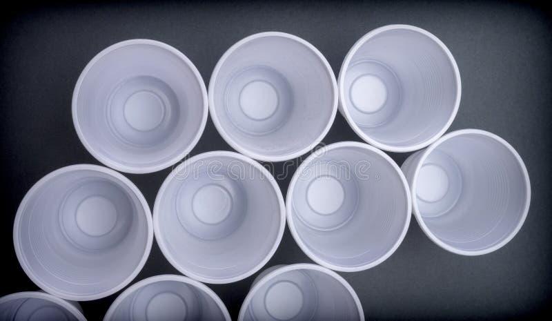Einige weiße Plastikgläser gesehen von oben lizenzfreie stockfotografie