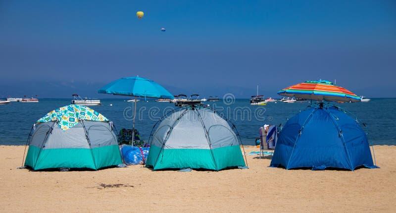 Einige Zelte auf dem Strand in Lake Tahoe stockbild