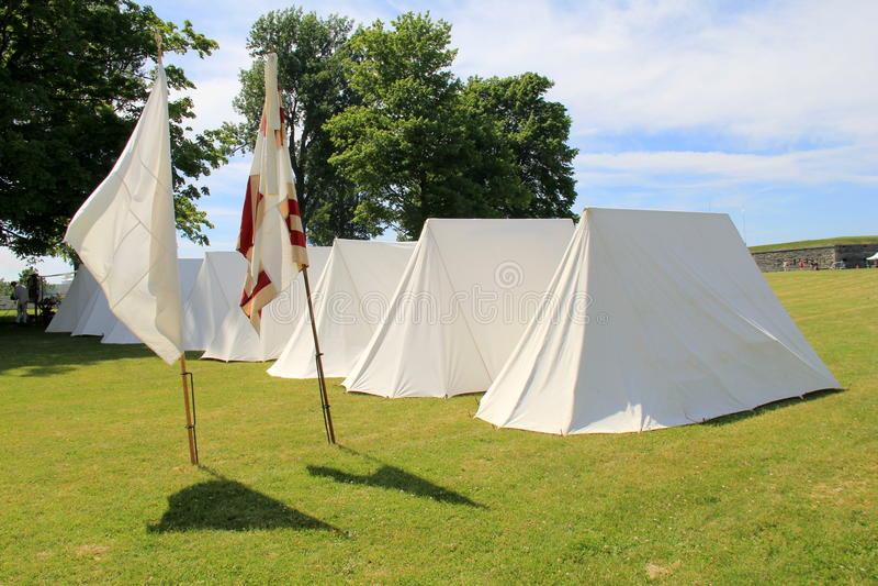 Einige Zelte und Flaggen stellten um das Eigentum während der Wiederinkraftsetzungen des Krieges, Fort Ontario, 2016 ein stockfotografie