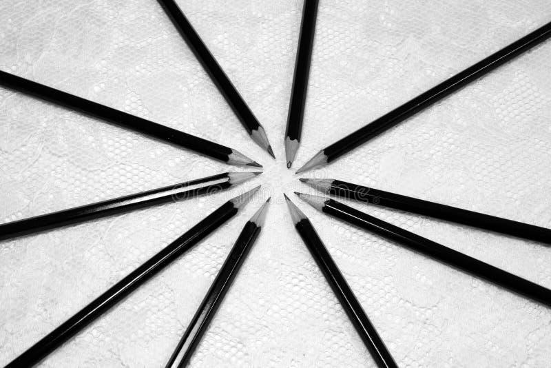 Einiges liegt der Graphit, der Bleistifte skizziert, in einem Kreis mitten in dem Bild stockbild