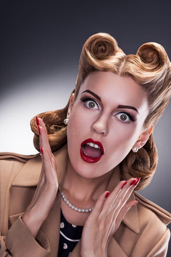 Einkauf - überraschter Retro Frauen-Käufer lizenzfreies stockfoto