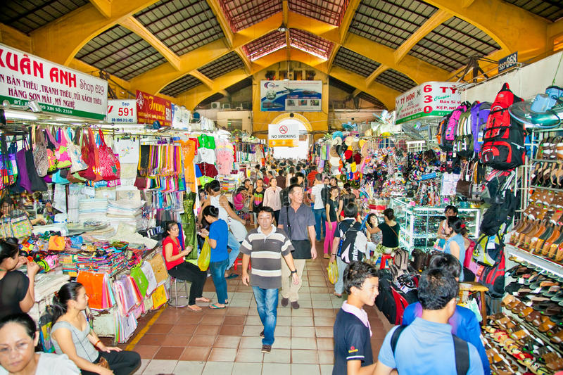 Einkauf bei Ben Thanh Market in Ho Chi Minh, Vietnam lizenzfreie stockfotos