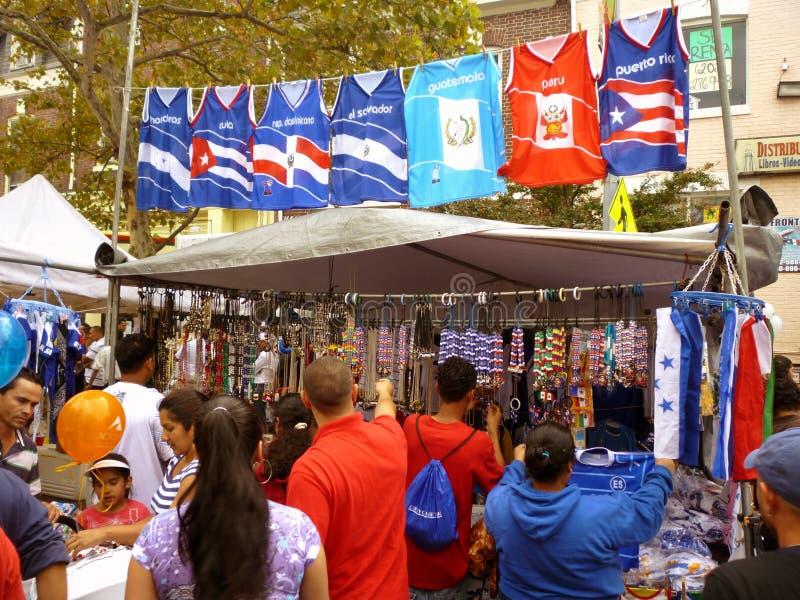 Einkauf für Andenken am Latino-Festival lizenzfreie stockfotografie