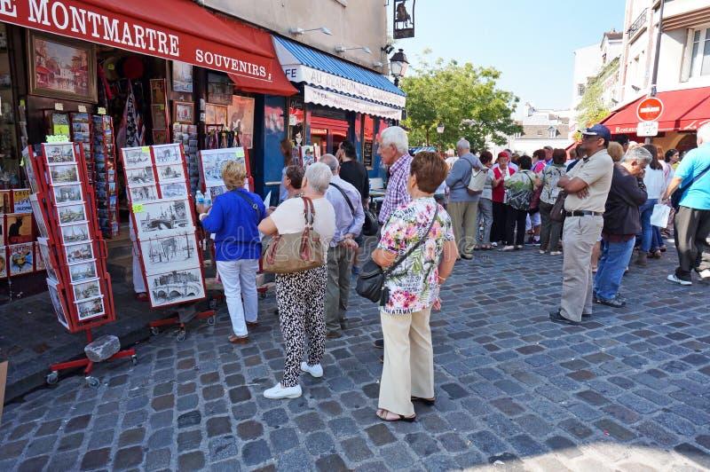 Einkauf für Andenken in Montmartre stockfotografie