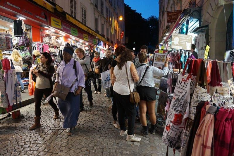 Einkauf für Andenken nachts in Paris lizenzfreies stockfoto