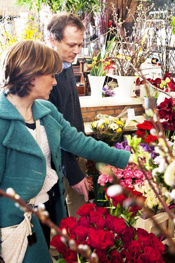 Einkauf für Blumen stockfoto