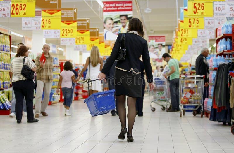 Einkauf im besetzten Supermarkt lizenzfreie stockbilder