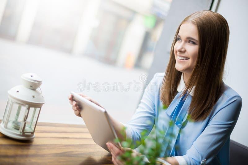 Einkauf on-line während Kaffeezeit stockbild