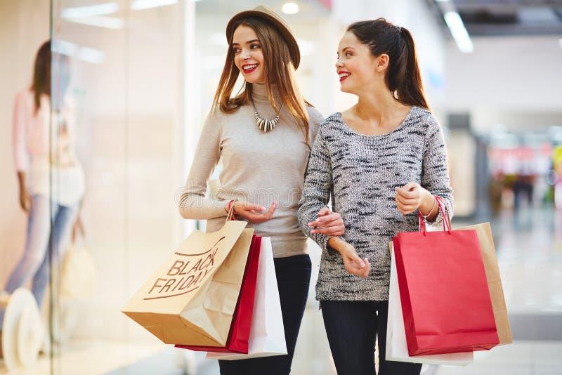Einkauf an schwarzem Freitag lizenzfreie stockfotografie