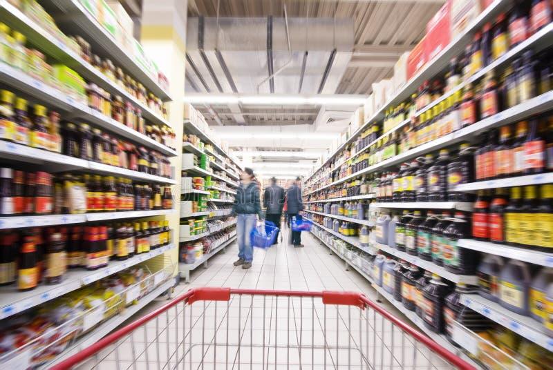 Einkauf am Supermarkt lizenzfreies stockfoto