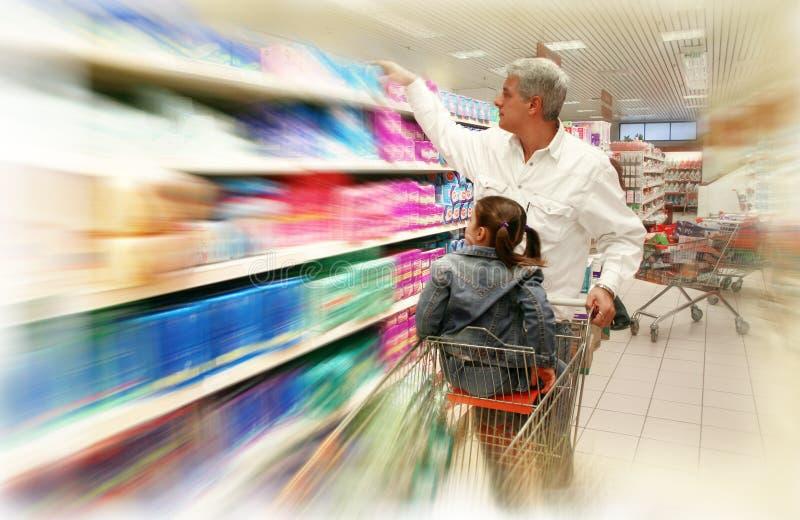 Einkauf am Supermarkt lizenzfreie stockfotografie