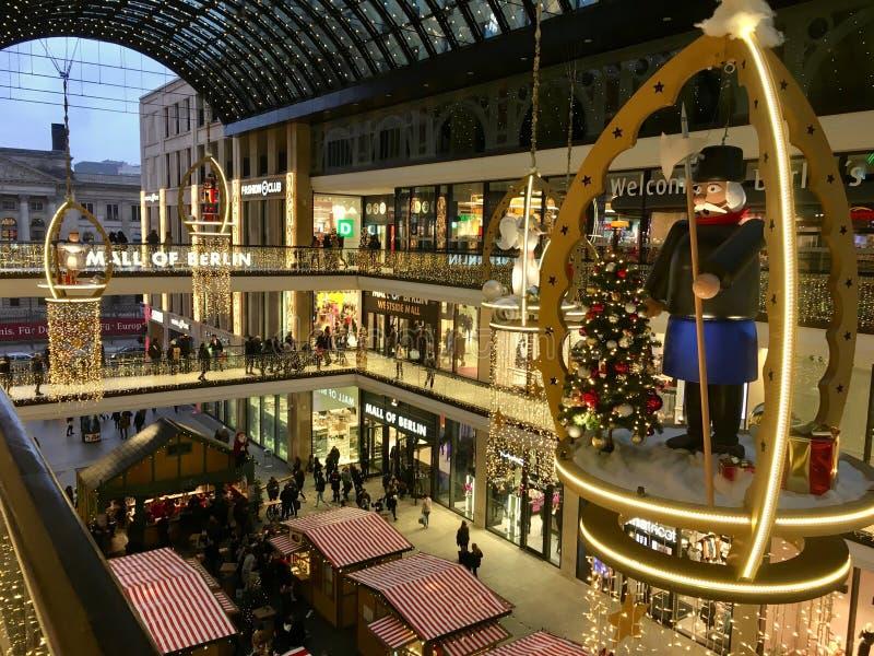Einkaufen 'Mall von Berlin 'verziert für Weihnachten, beschäftigt mit vielen Käufern und mit Tausenden Lichtern belichtet stockbild