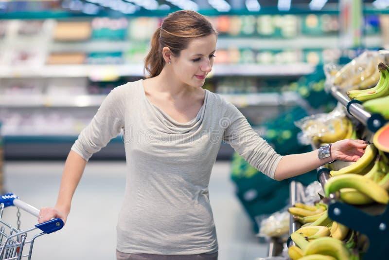Einkaufen der hübschen, jungen Frau lizenzfreies stockfoto