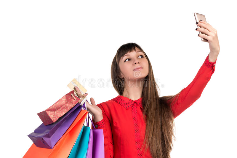 Einkaufen der jungen Frau mit der Kreditkarte, welche die Pakete tun sel hält lizenzfreies stockfoto