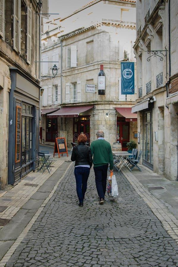 Einkaufen in der Kleinstadt Frankreich stockfotos