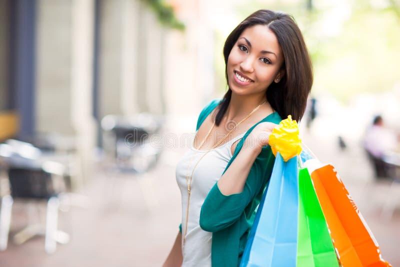 Einkaufen der schwarzen Frau stockfoto