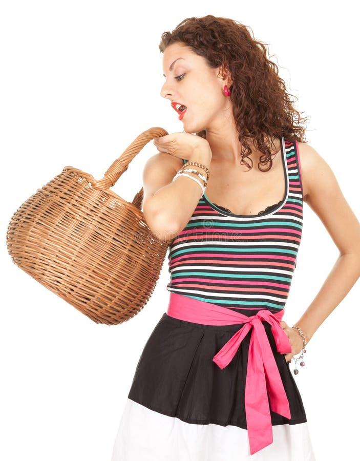 Einkaufenfrau mit Weidenkorb lizenzfreie stockbilder