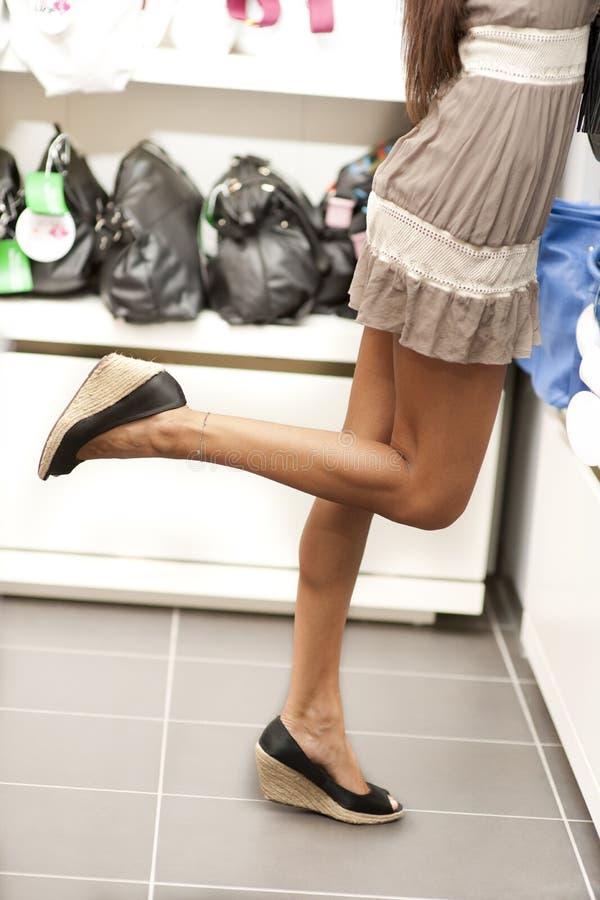 Einkaufenmädchen auf Tiptoe stockbilder