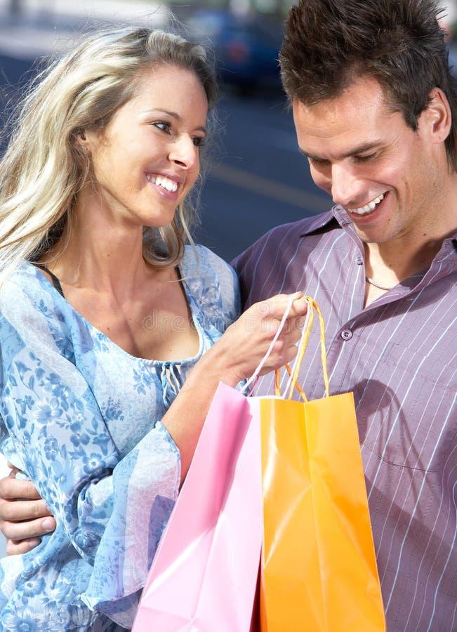Einkaufenpaare stockbilder