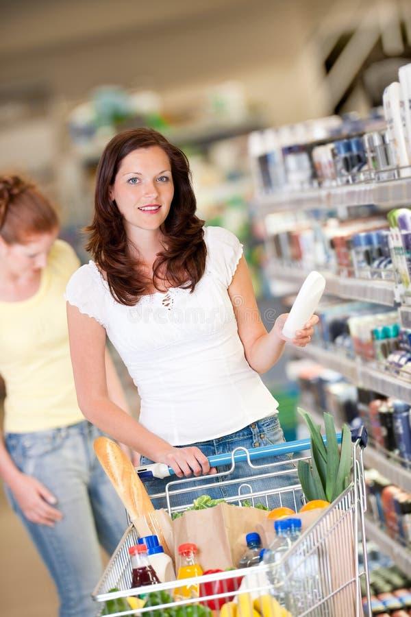 Einkaufenserie - Brown-Haarfrau mit Wagen lizenzfreies stockfoto