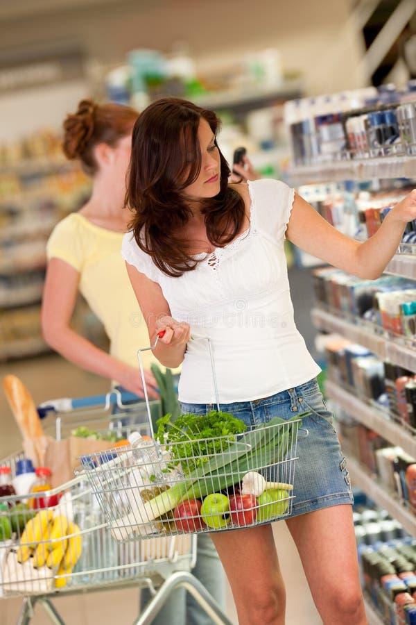 Einkaufenserie - schöner Brunette in einem supermar stockbilder