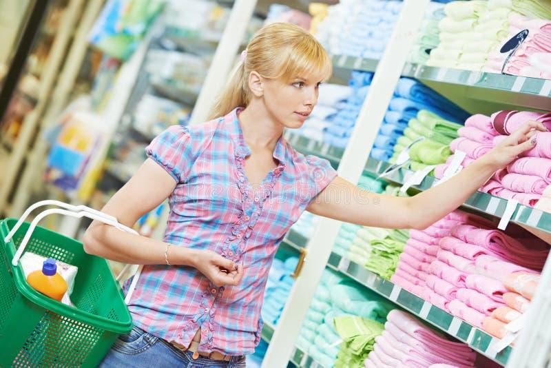 Einkaufsfrau an Haushaltsware stockbild