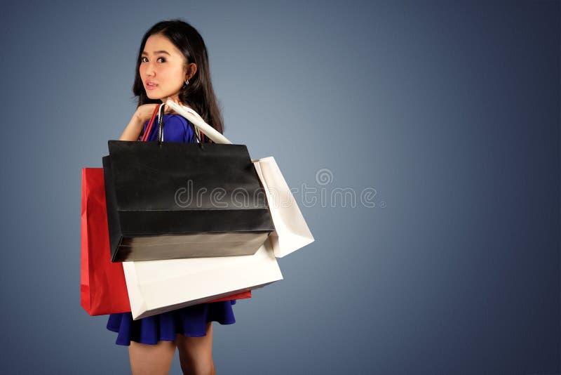 Einkaufsfrau mit Einkaufstaschen stockfoto