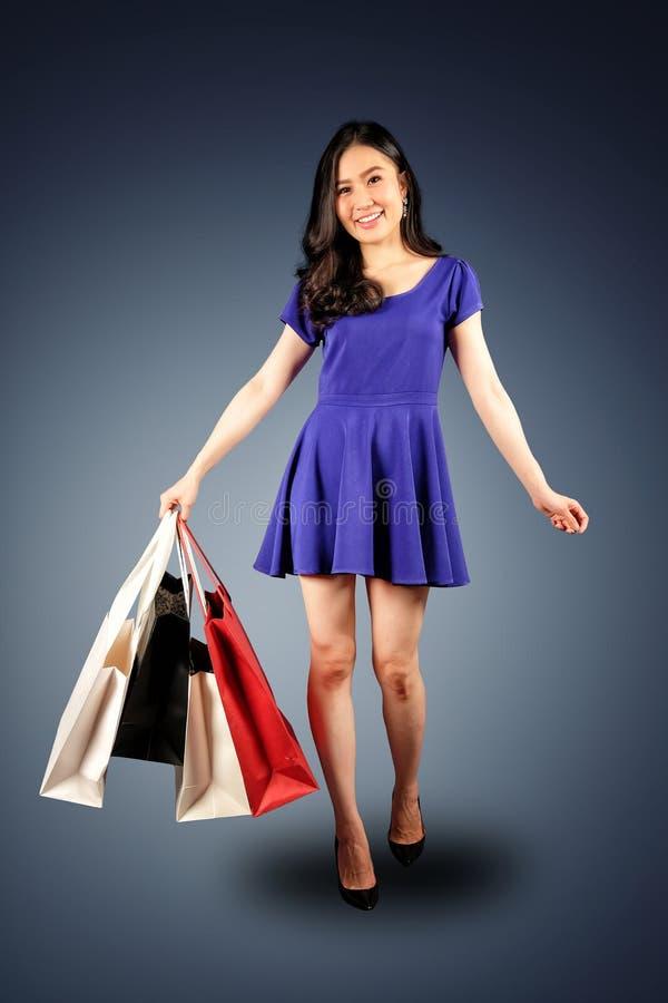 Einkaufsfrau mit Einkaufstaschen stockbilder